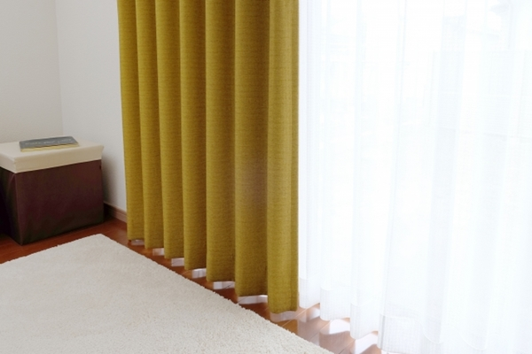 寒さ対策には窓のカーテンが重要!窓シートの効果や結露の対処方法も
