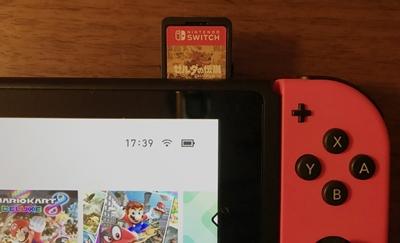ニンテンドースイッチのゲームカードを本体に入れるところ