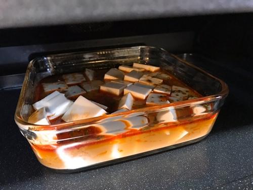 麻婆豆腐を角皿に載せヘルシオに入れる