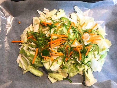 野菜をすべてクッキングシートに広げる