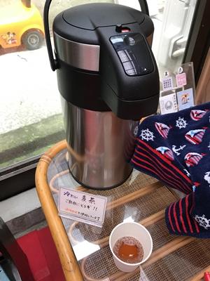 海南神社の休憩所の麦茶
