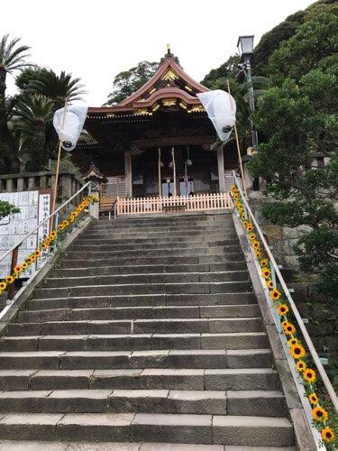西叶神社の拝殿(階段下から)