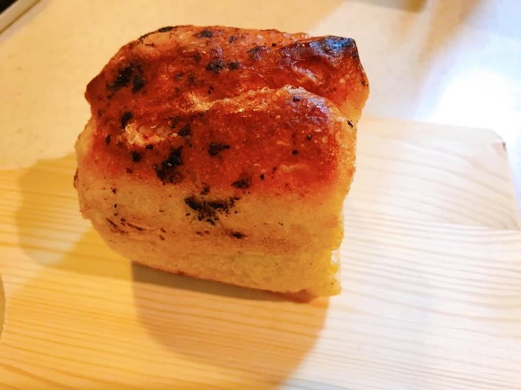 ノトヒバカラベーカリーの黒七味と岩塩のフォカッチャ