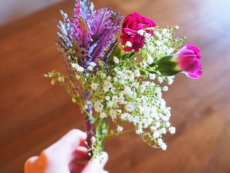届いたお花を片手で持ってみる